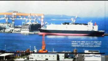 LPG船と客船(右から2つ目)を建造する長崎造船所