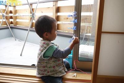 窓に洗濯バサミ