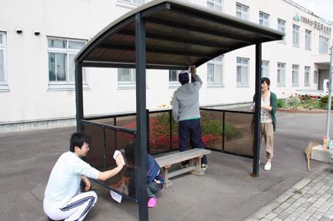 20120602役場青年女性部がバス停の清掃ボランティア