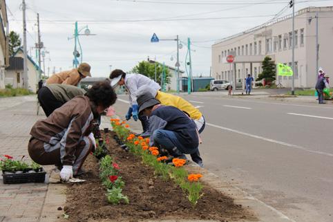 20120611沼田町赤十字奉仕団が花の植栽ボランティア