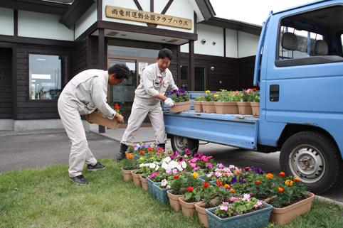 201420612中村建設(株)が町民パークゴルフ場にプランターを設置