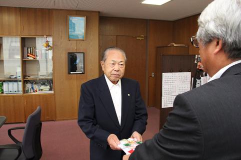 20120712篠田久雄さんが200万円寄付