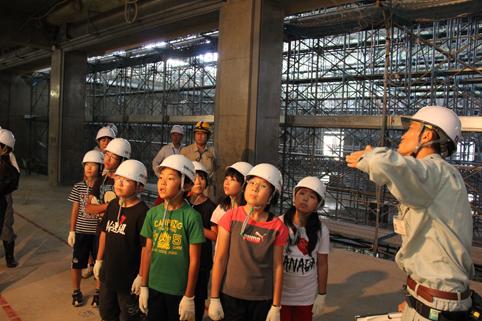 20120918沼田小学校児童が新校舎工事現場を見学