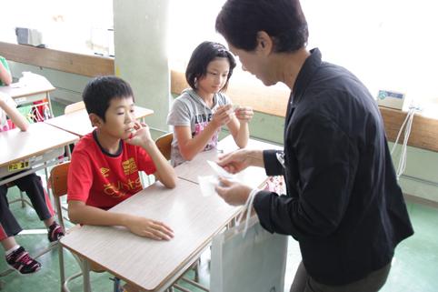 20121004人権擁護委員が小学5年生に「人権110番カード」配布