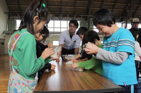 20121115沼田小学校でおにぎり作りと餅つき