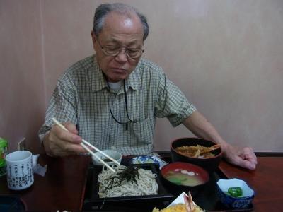 おじいそば食べる縮小