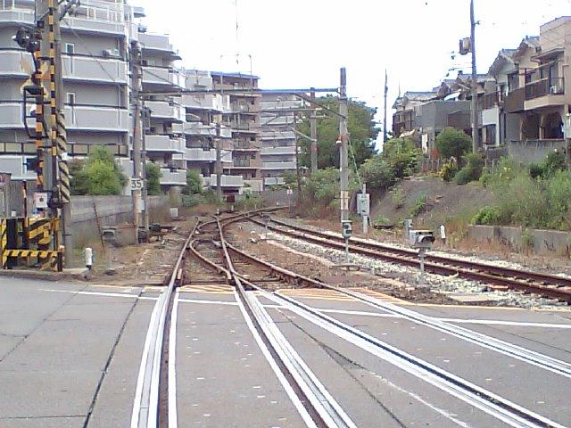 線路の先にあるマンションが貨物駅だった頃の敷地