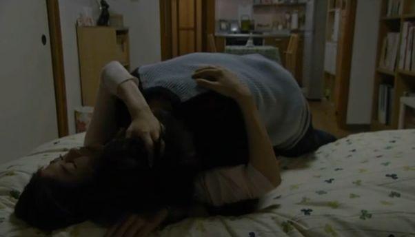 【白石美帆】ベッドに押し倒されるラブシーン