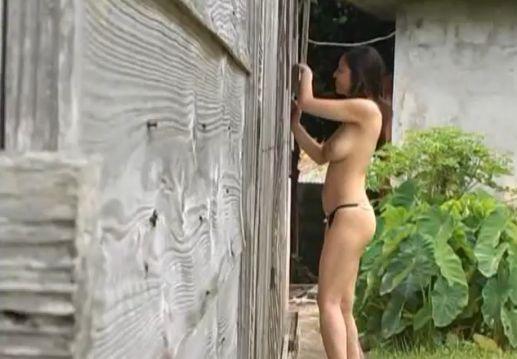 【荒井美恵子】野外で上半身裸にTバック姿
