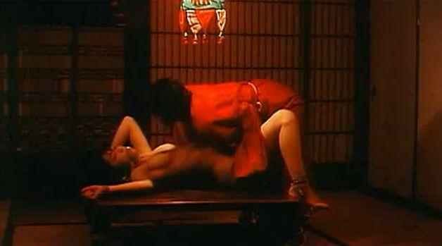 【佐々木麻由子】濡れ場でペニバンを使うレズプレイ&全裸入浴シーン