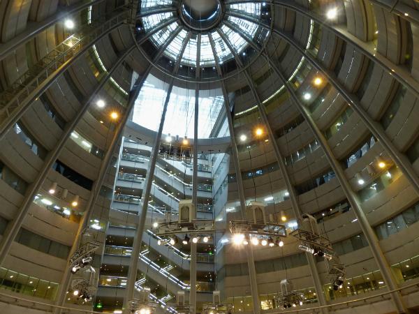 市の日 には、建物に入居している企業だけではなく、このホールもバーゲンセールで埋め尽くされます。