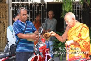 この記事「僧侶の交通安全祈願」の写真 (347-098)