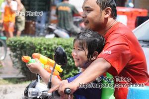 この記事「タイ・プーケット 水掛祭り」の写真 (356-030)