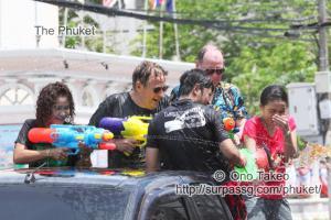 この記事「タイ・プーケット 水掛祭り」の写真 (356-050)