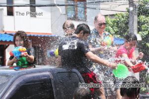 この記事「タイ・プーケット 水掛祭り」の写真 (356-052)
