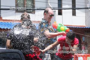 この記事「タイ・プーケット 水掛祭り」の写真 (356-054)