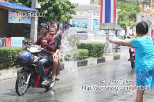 この記事「タイ・プーケット 水掛祭り」の写真 (356-059)