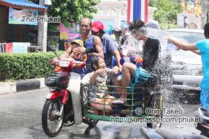 この記事「タイ・プーケット 水掛祭り」の写真 (356-066)