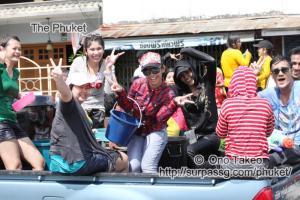 この記事「タイ・プーケット 水掛祭り」の写真 (356-356)