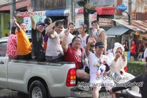 この記事「タイ・プーケット 水掛祭り」の写真 (356-500)