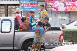 この記事「タイ・プーケット 水掛祭り」の写真 (356-536)