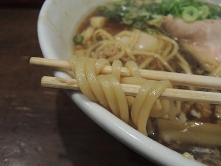 国産鴨のテールの挽肉とホタテ貝柱の甘しょう油ラーメンの麺