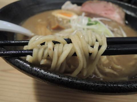 こってりとんこつ黒(半味玉付)の麺