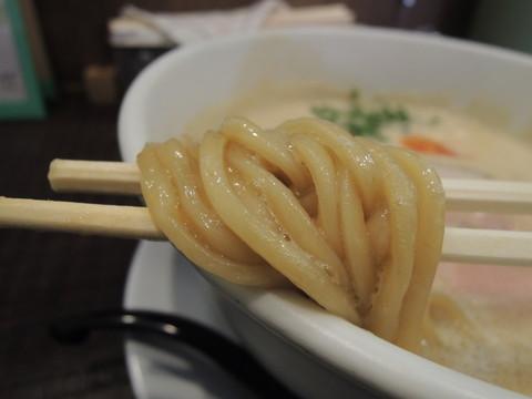 豚CHIKIしょうゆラーメン 並盛(140g)の麺