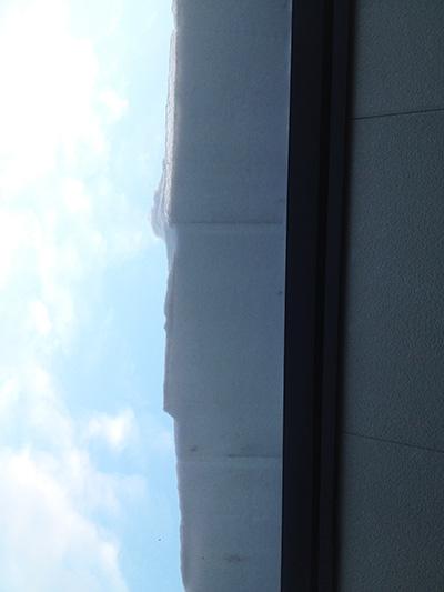 屋根から張り出す雪