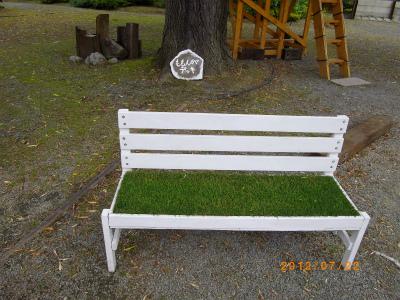 芝生ベンチ