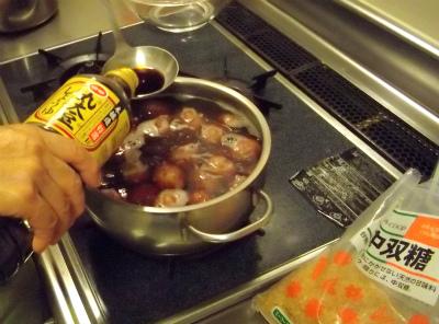 お醤油を入れて、煮ます