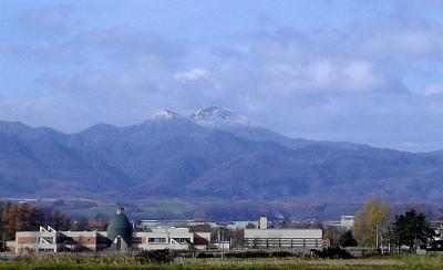 豊沼小学校とピンネシリ(山)