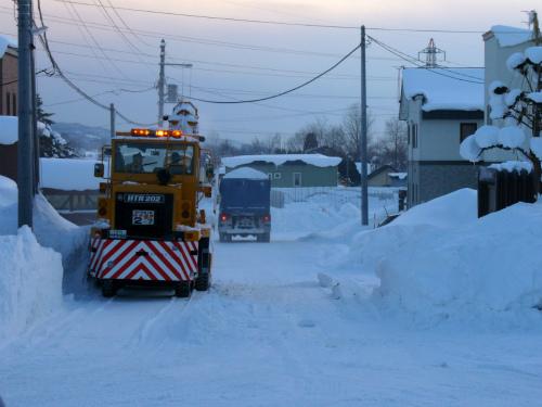 雪捨て場にトラック出発