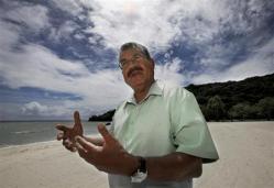 2012-05-28_中国漁船の傍若無人ぶりを憤慨するパラオのジョンソン・トリビオン大統領=パラオ・コロールの海岸(AP)01