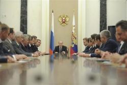 2012-05-29_Russia_【Russia_Watch】組閣を終え、クレムリンで初閣議に臨むウラジーミル・プーチン大統領(中央)。左隣はドミトリー・メドベージェフ首相、右隣はイーゴリ・シュワロフ第1副首相。12人が新任されたが、主要閣僚は留任し、期待された人員刷新には遠い陣容となった=5月21日、ロシア・首都モスクワ(ロイター)