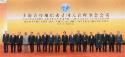 "2012-06-26_Russia_【Russia_Watch】首都北京の人民大会堂で記念写真に納まる上海協力機構の関係各国首脳たち。首脳会議では、""共同盟主""である中露がつばぜり合いを演じた=6月7日、中国・首都北京市東城区(共同)01"
