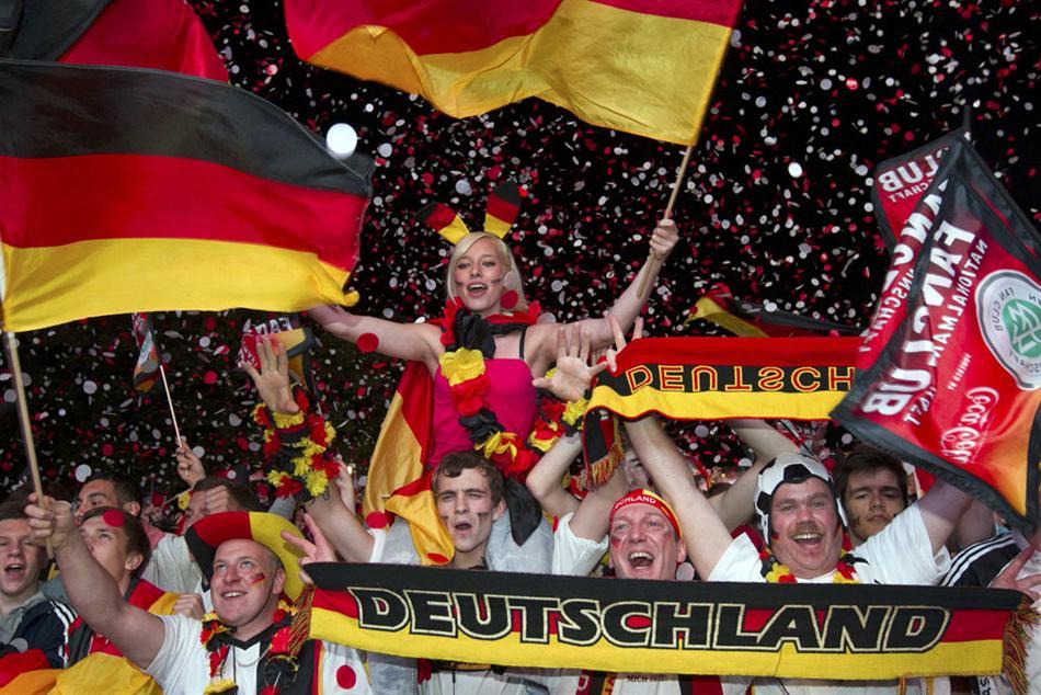 2012-06-26_Soccer the European championship_サポーターの熱い戦いvol.2 【ユーロ2012 ドイツ-ギリシャ】01_13日、ドイツがオランダを撃破。ベルリンのサポーターたちはお祭り騒ぎだ