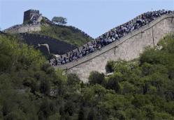 2012-06-30_China_観光客でごった返す北京郊外の万里の長城(AP)01