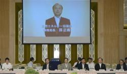 2012-07-20_Japan_Clean Energy高松市内で開かれた「自然エネルギー協議会」で映像であいさつするソフトバンクの孫正義社長=20日午前01