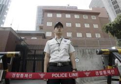 2012-07-22_Korea-South_トラックが突入した後の日本大使館前で警備にあたる警察官=7月9日(AP)_日本大使館前は無法地帯 違法デモ容認するけしからん韓国当局01