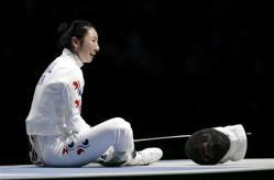 2012-07-30_ドイツのハイデマンとの対戦で判定を不服としてピストに座り込む韓国の申アラム(ロイター)02