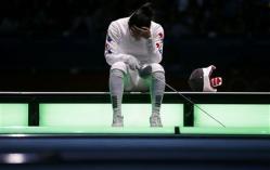 2012-07-30_ドイツのハイデマンとの対戦で判定を不服としてピストに座り込む韓国の申アラム(ロイター)01