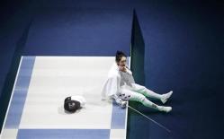 2012-07-30_ドイツのハイデマンとの対戦で判定を不服としてピストに座り込む韓国の申アラム(ロイター)04