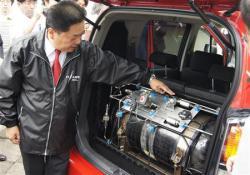 2012-09-25_New Technology_ITカーズ、世界初の水素エンジン自動車を公開 年内に一般発売へ01_世界初となるガソリン混合水素エンジン自動車の仕組みを説明するITカーズ環境事業部の今井作一郎技術部長=25日、東京都港区(古川有希撮影)