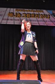 2012-10-23_Korea-South_【日本人が知らない日本】アニソンに熱狂 韓国01_韓国ソウルで開かれたアニソン大会で熱唱する参加者(駐韓日本大使館提供)