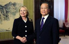 2012-10-24_China_【尖閣国有化】中国指導部、尖閣を「核心的利益」と言及せず 9月の米長官との会談で01_中国の温家宝首相との会談で握手するクリントン米国務長官=9月5日、北京(AP)
