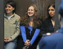 2012-10-25_Russia_【プッシー・ライオット インタビュー】ロシア国内では否定的評価も01_モスクワ市裁判所に出廷したロシアの女性バンド「プッシー・ライオット」のメンバー。左からエカテリーナ・サムツェビッチさん、マリヤ・アリョーヒナ被告、ナジェジダ・トロコンニコワ被告=10日(AP)