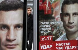 2012-10-27_Russia-Ukraine_EUと露の狭間…ウクライナ最高会議選挙 「台風の目」はボクシング王者01_ウクライナの首都キエフに現れた新野党「UDAR」の選挙掲示板。写真は党首のビタリ・クリチコ氏=25日(ロイター)