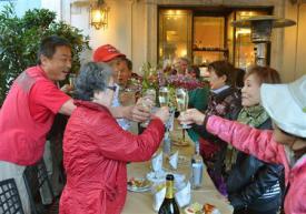 2012-10-29_Travel_Europe-China_西安-ローマ、バスで横断 型破り団体ツアーが完結01_ローマに到着し乾杯する添乗員の二村忍さん(左端)と参加者=28日(共同)