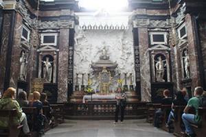 2012-11-24_Travel_Lithuania_【写真劇場】リトアニア・ビリニュス 旧市街に刻むルネサンスの跡04_【写真劇場】カテドゥロス広場の大聖堂の中にある聖カジミエルの礼拝所。聖画には3つ目の手があり、画家が何度か消そうとしても、再び現れた、と言い伝えられている=9月19日、リトアニア・首都ビリニュス(佐々木正明撮影)